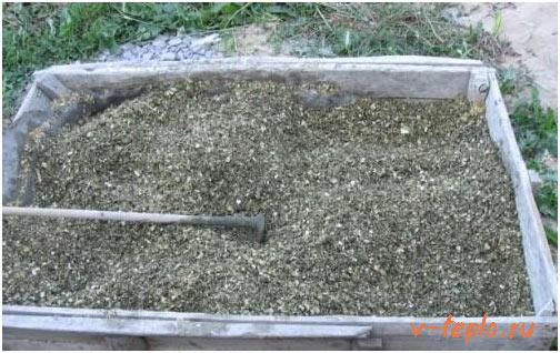 смешиваем опилки и бетон