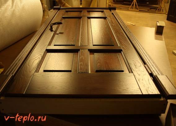 снятая с петель деревянная дверь