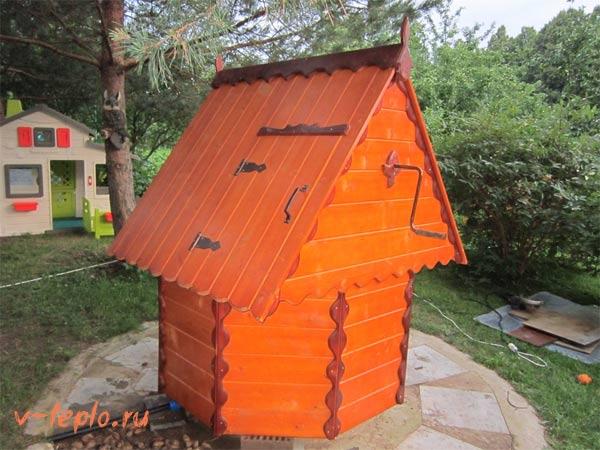 деревянный домик для утепления колодца