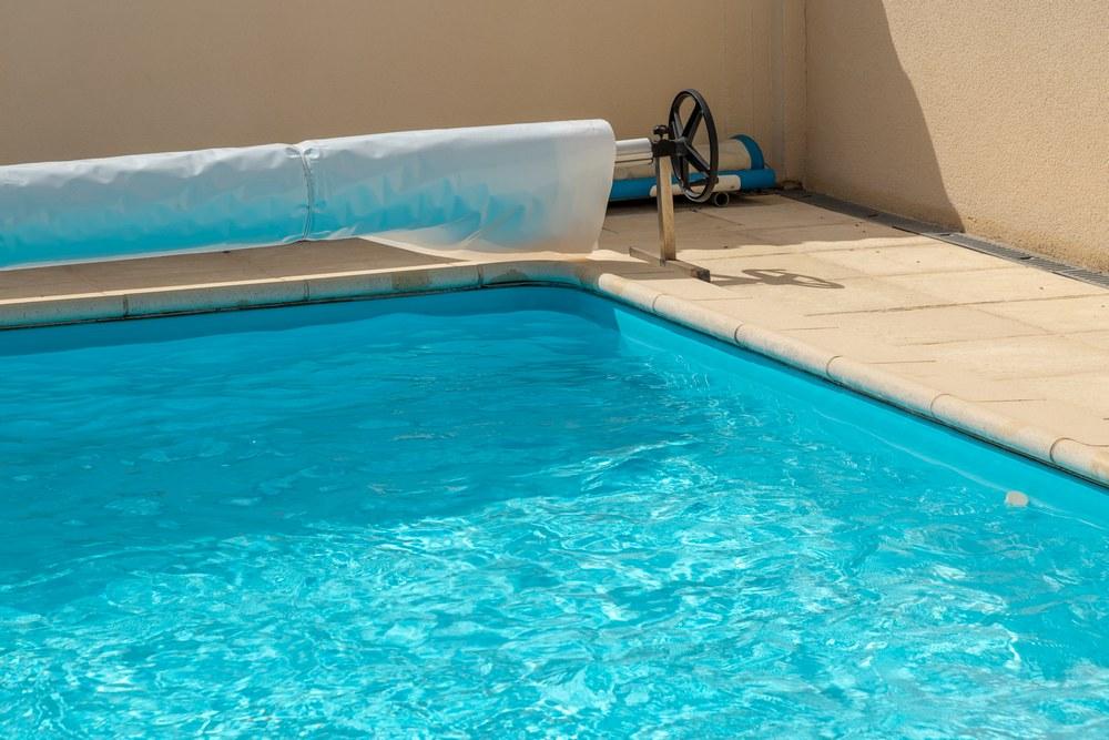 Крашенный бассейн у дома