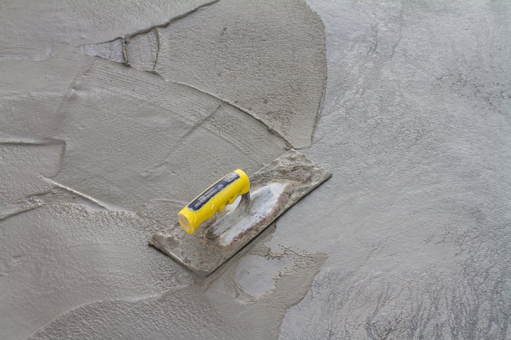 Укладка новой цементной стяжки на пол