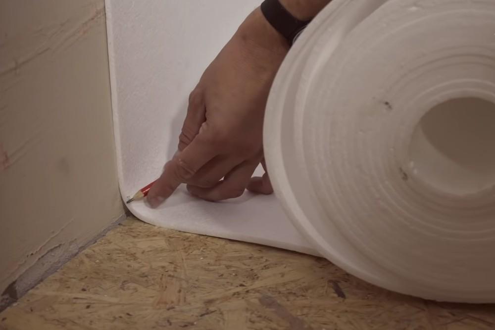 Установка рулонных покрытий на стены