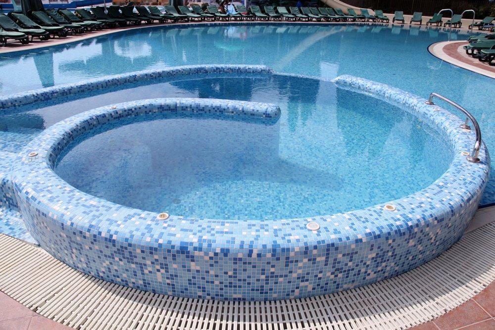 Бассейн с отделкой из мозаики