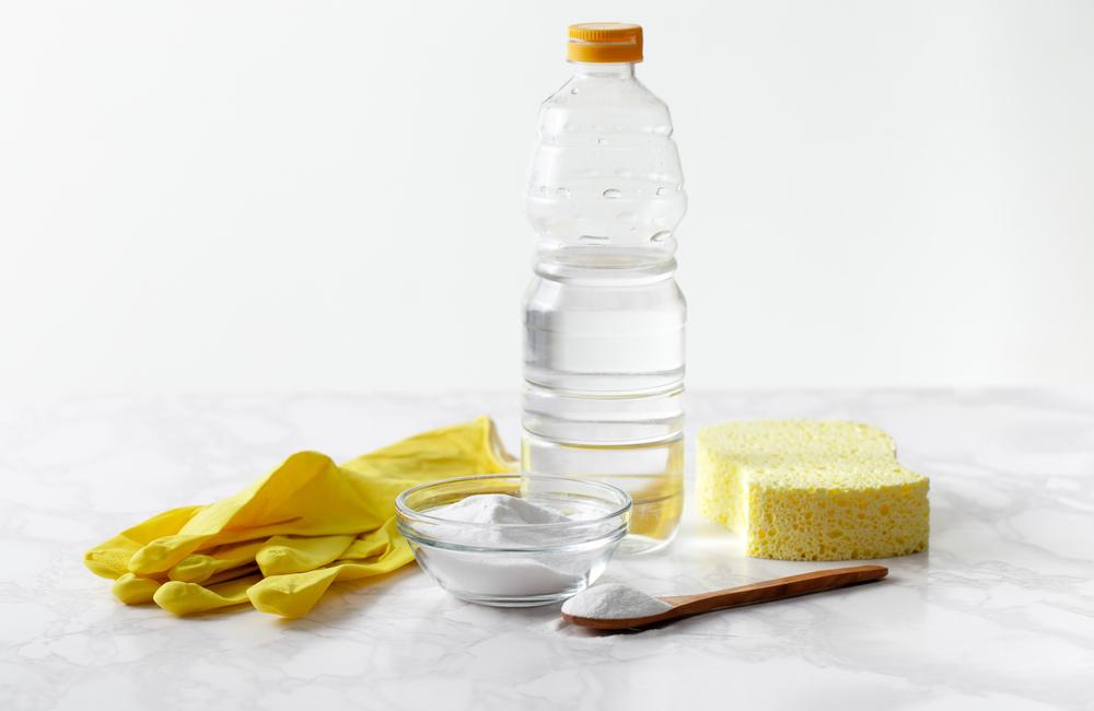 Устранение засора в унитазе при помощи уксусной кислоты и пищевой соды