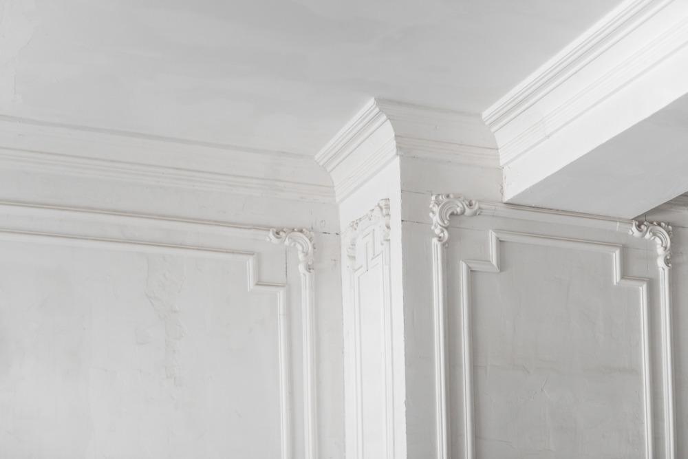 Как покрасить потолок в доме или квартире