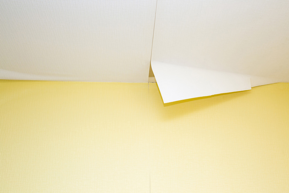 Недостатки наклеивания обоев на потолок