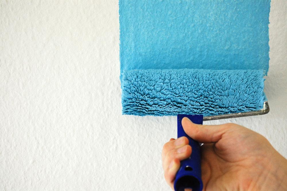 Окрашивание стен флизелиновыми обоями
