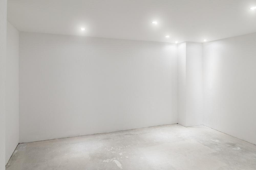 Побеленный потолок в комнате