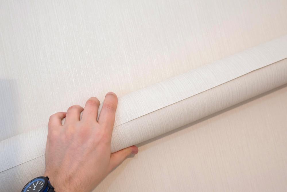 Как выбрать обои для поклейки на потолок