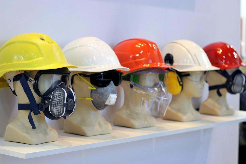 Защитное оборудование при побелке потолков