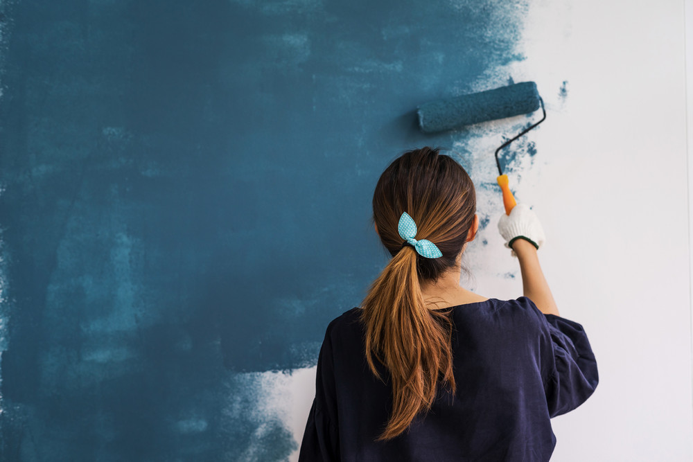 Как красить обои в доме