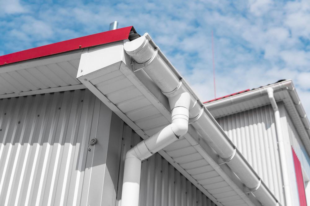 Тонкости монтажа водостоков на крыше